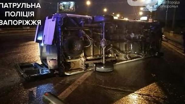 Маршрутка с пассажирами перевернулась на дамбе в Запорожье: много пострадавших