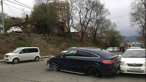 Постраждало одразу 11 припаркованих автомобілів