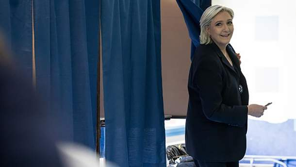 Марин Ле Пен на избирательном участке