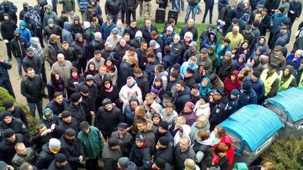 Вранці 24 квітня під міськрадою Тернополя було людно
