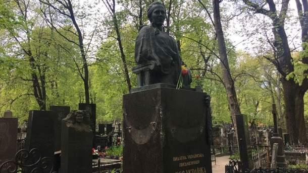 Пошкоджений пам'ятник Лесі Українки в Києві