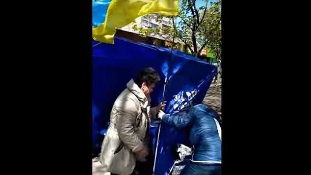 """В Мариуполе вспыхнула стычка между агитаторами """"Оппоблока"""" и активистом"""