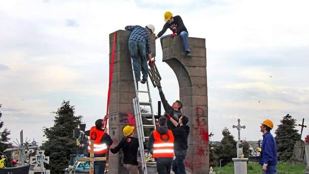 Демонтаж памятника ОУН в Грушовичах