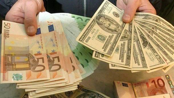 Долар та євро синхронно дешевшають