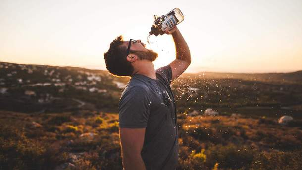 Пийте мінеральну воду через соломинку