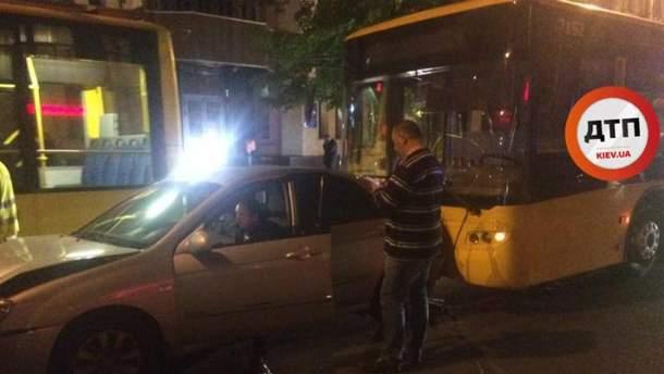 4 автомобиля и троллейбус не разминулись в Киеве