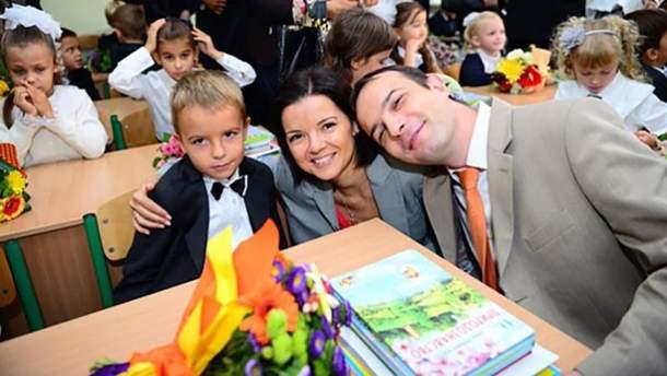 Малий Михайло Соболєв разом з татом Єгором і мамою Марічкою Падалко