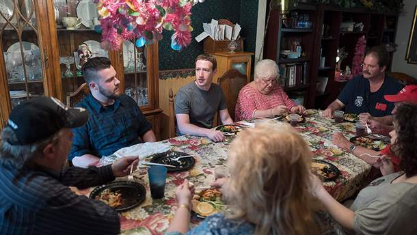 Марк Цукерберг с семьей Муров