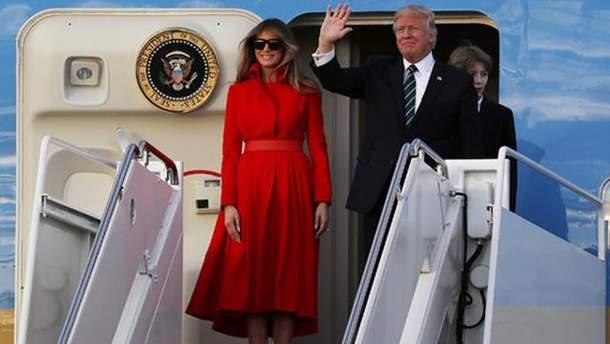 Дональд и Мелания Трампы на трапе самолета