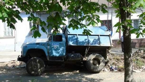 Вантажівка провалилася під асфальт в Ізмаїлі