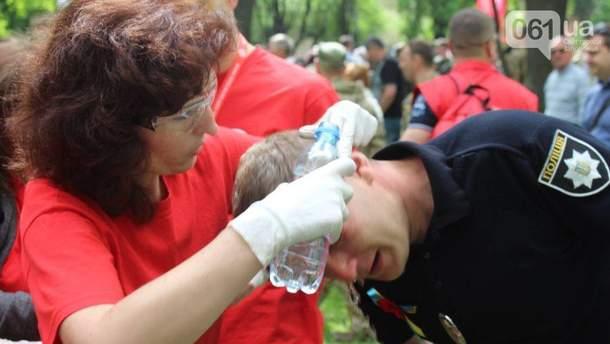 Начальнику запорожских патрульных Роману Пилипенко оказывают медицинскую помощь