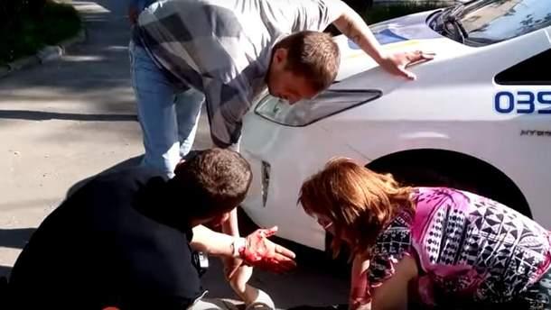 Полицейские пытались оказать пострадавшей первую помощь