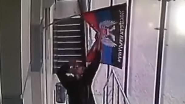 """Чоловікові не сподобався прапор """"ДНР"""" у Донецьку"""