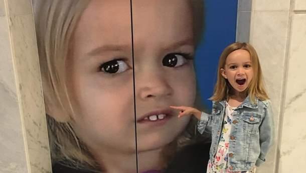 Хлоя и ее изображение на двери лифта в Google