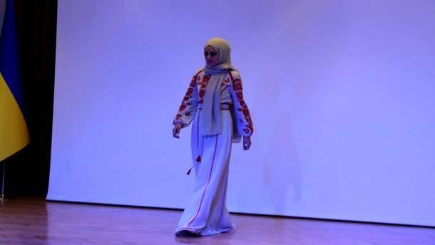 Показ вышиванок с хиджабами