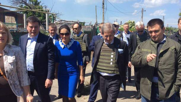 Єврокомісар Хан відвідав прифронтове Широкине