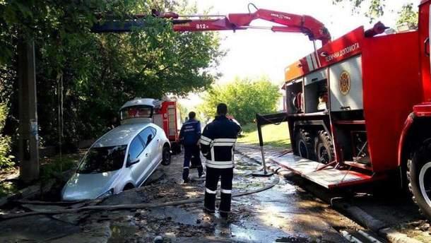 Автомобиль провалился под асфальт в Киеве