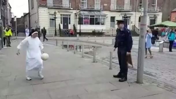Монахиня посоревновалась с полицейским в набивке мяча