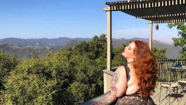 Тесс Холлидей опубликовала фото в кружевном белье на фоне гор