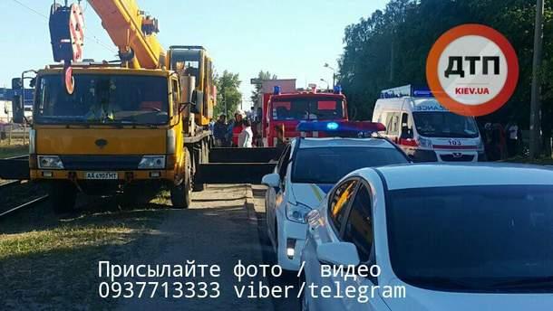 На Троєщині чоловік загинув під колесами трамвая