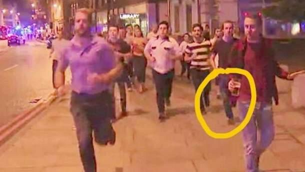 Фото дня: британець з пивом тікає від теракту