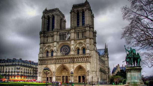 Напад стався перед Нотр-Дамом у Парижі