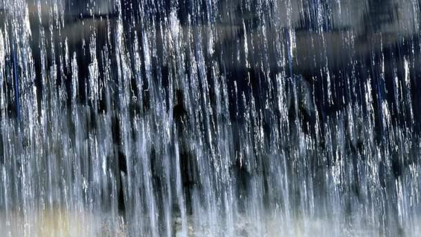 Гірська річка затоплює місто на Львівщині