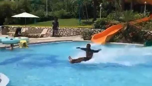 Парень в аквапарке Ямайки нарушил все законы физики
