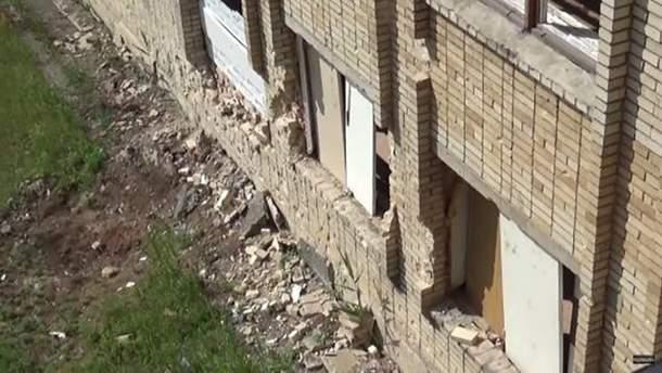 Школа №1 після обстрілу у Красногорівці (ілюстрація)