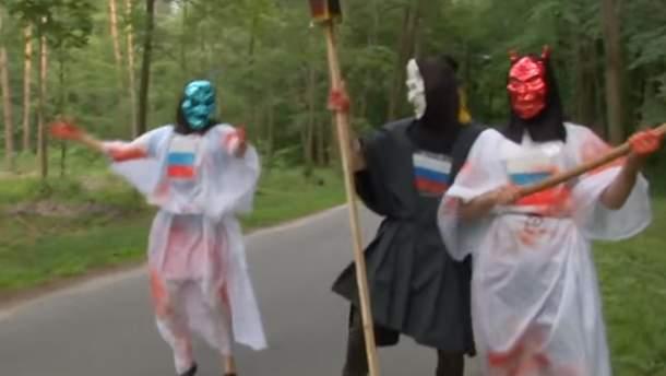 Активисты в костюмах чертей