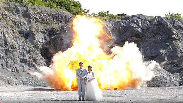 Молодята з Японії влаштували весільну фотосесію на фоні вибухів