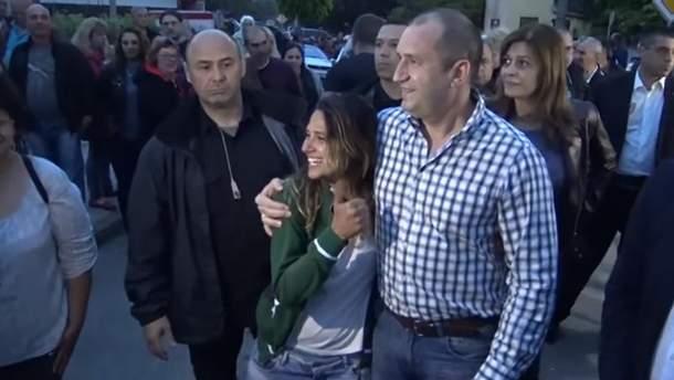 Туристка из Бразилии и президент Болгарии Румен Радев