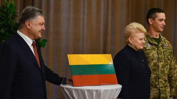 Порошенко, Грибаускайте и подарок от украинских бойцов