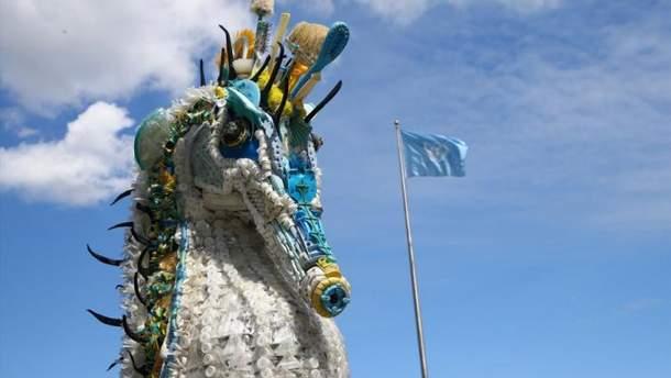 У штаб-квартиры ООН поставили скульптуры из мусора Мирового океана