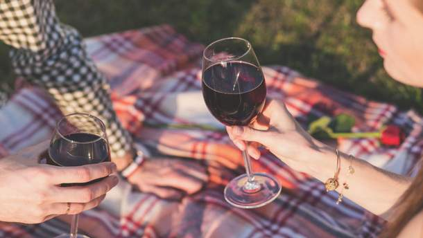 Люди пьют больше алкоголя  из-за больших бокалов