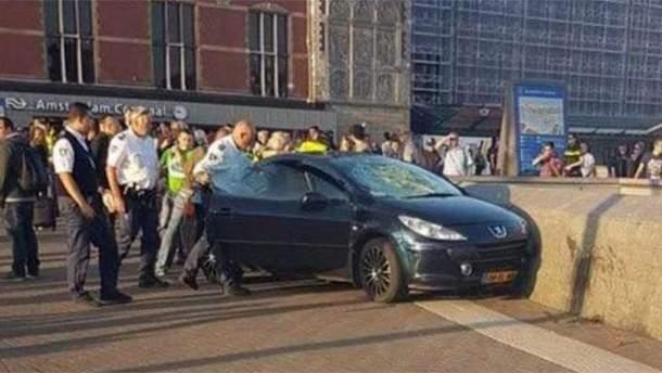 Автомобиль переехал почти десяток людей в Амстердаме