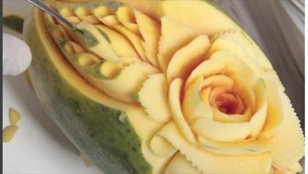 Даниэль Баррес делает резьбу на фруктах