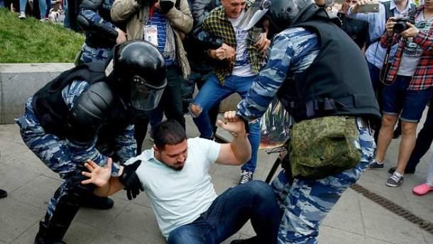 В День России массово задерживали участников антикоррупционного митинга