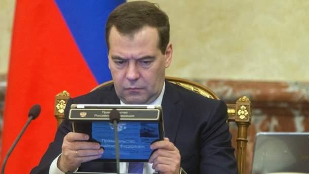 Медведев читает и думает