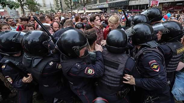 Силовики разгоняют антикоррупционный митинг в России