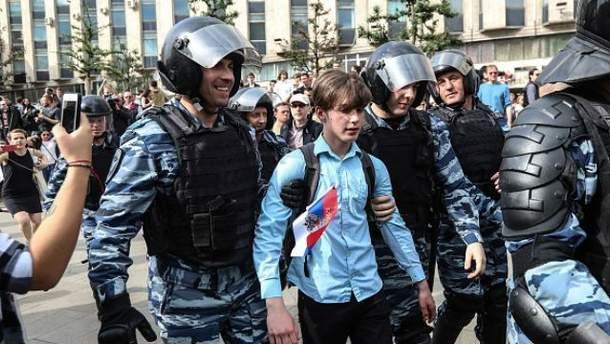 В День России в Москве задержали более 800 человек