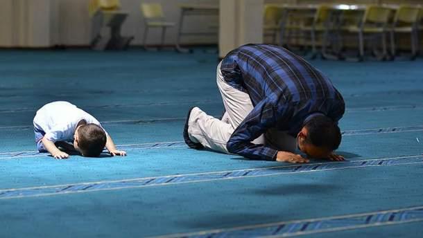 Молитва в мечети (Иллюстрация)