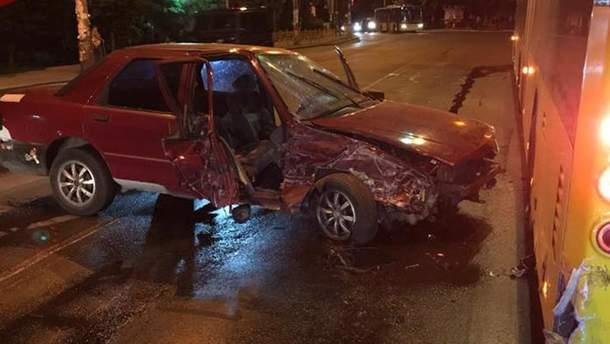 Авто столкнулось с троллейбусом в Киеве