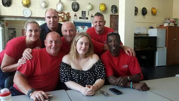 """Адель навестила пожарных, которые """"спасали"""" многоэтажку в Лондоне"""