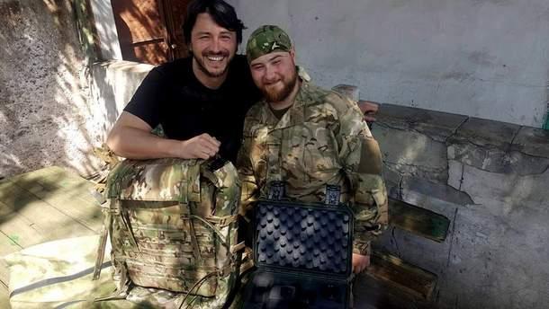 Сергій Притула з бійцем ЗСУ