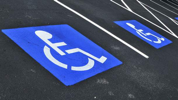 Рада установила штрафы за парковку на местах для лиц с инвалидностью