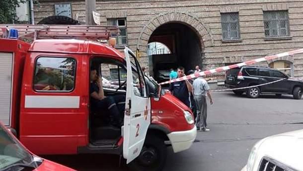 На месте взрыва в центре Киева работают патрульные, спасатели и следователи