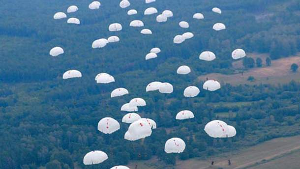 Військові здійснили масове десантування з літака Іл-76