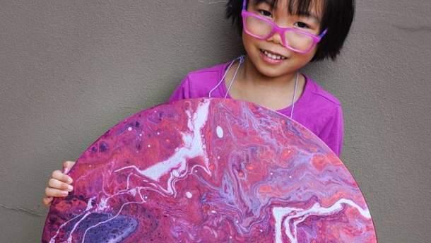 """5-річна дівчинка створює """"космічні"""" картини та віддає гроші на благодійність: фото"""