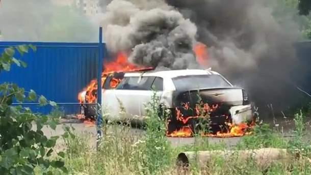 В Киеве сгорел лимузин: очевидцы заявили о поджоге